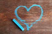 Καρδιά που της κιμωλίας σε ξύλινο υπόβαθρο close-up — Φωτογραφία Αρχείου