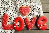 Coração em forma de cookies para dia dos namorados no guardanapo, na cor de fundo de madeira — Fotografia Stock