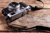 Old retro camera on rustic wooden planks background — Stockfoto