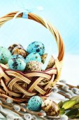 Bird eggs in wicker basket on bright background — Stock Photo