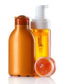 Gruppe von Kosmetik-Flaschen isoliert auf weiss — Stockfoto