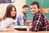 教室に座っている学生のグループ — ストック写真