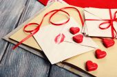 Love letters with red ribbon on wooden background — Foto de Stock