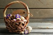 Bird eggs in wicker basket — Stock Photo