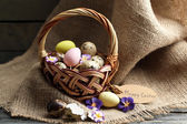 Bird eggs in wicker basket — Stock Photo