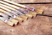 Pincéis de pintura sobre fundo de madeira velho — Fotografia Stock
