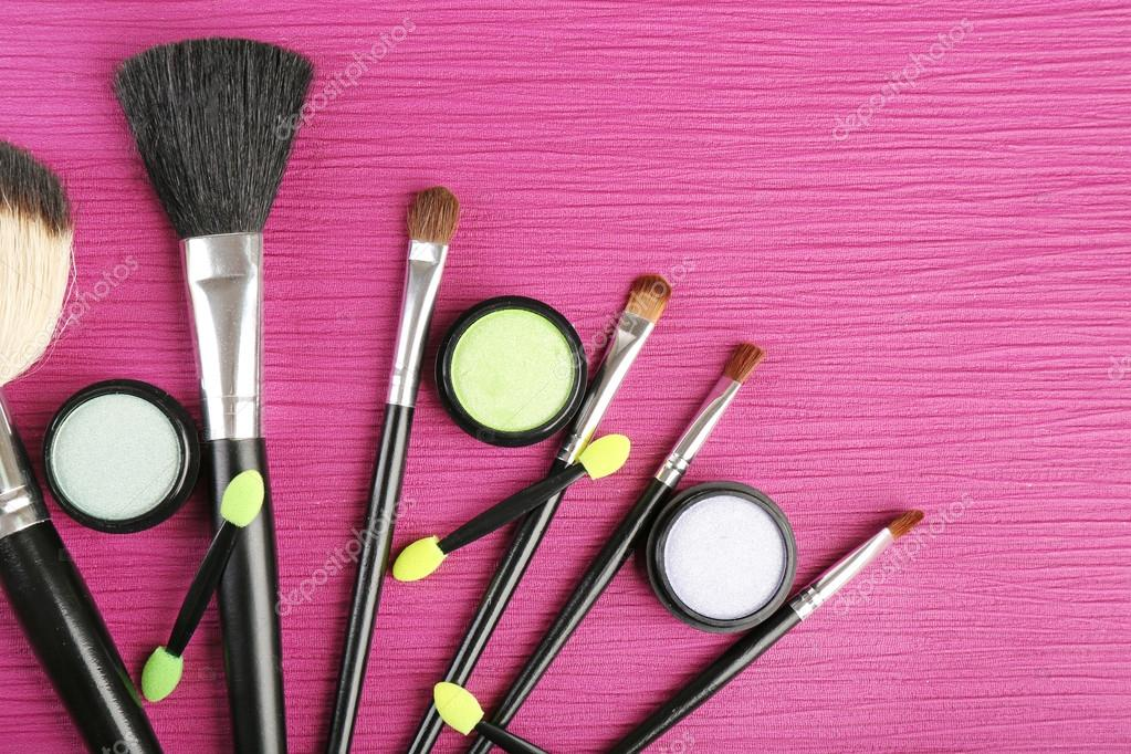Imagenes De Maquillaje Para Descargar: Set De Pinceles De Maquillaje En El Fondo De La Mesa De