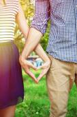 Loving couple holding hands outdoors — Stockfoto