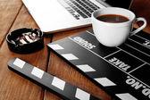 трещотка кино с ноутбуком и чашкой кофе на деревянном фоне — Стоковое фото