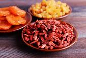Getrocknete Früchte in kleine Platten auf rustikalem Holztisch Hintergrund — Stockfoto