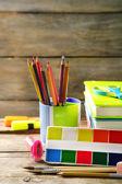 Ljusa skolan brevpapper på gamla träbord — Stockfoto