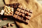 黄麻布のクローズ アップ上のナッツとチョコレートのセットのある静物 — ストック写真