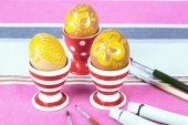 Painting Easter eggs on table close up — Stockfoto