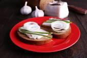 サンドイッチ プレートにラードとニンニク木製の背景 — ストック写真