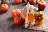 Delizioso miele con apple sul primo piano della tabella — Foto Stock