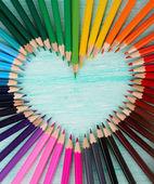Kolorowe kredki na drewnianym stole — Zdjęcie stockowe