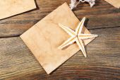 Card blank with sea star on wooden background — Stock Photo