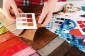 Renkli doku ve palet artıkları ile çalışan kadın yakın çekim — Stok fotoğraf