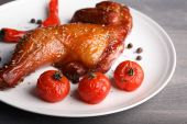 Smoked chicken leg with vegetables — Stock Photo