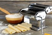 Making vermicelli with pasta machine — Stock Photo