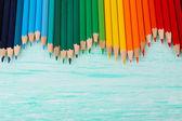 Färgglada pennor på träbord — Stockfoto