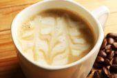 Fincan kahve latte sanat tahıl üzerinde ahşap masa, closeup ile — Stok fotoğraf