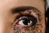 Œil féminin avec maquillage paillettes fantaisie, mode macro — Photo