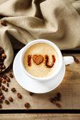 Tasse Kaffee auf alten Holztisch — Stockfoto