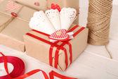 Güzel hediye kutusu ahşap tablo, yakın çekim. Sevgililer günü kavramı — Stok fotoğraf