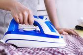 Donna di stirare i vestiti su asse da stiro, closeup — Foto Stock