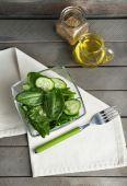 Glass bowl of green salad — Stock Photo