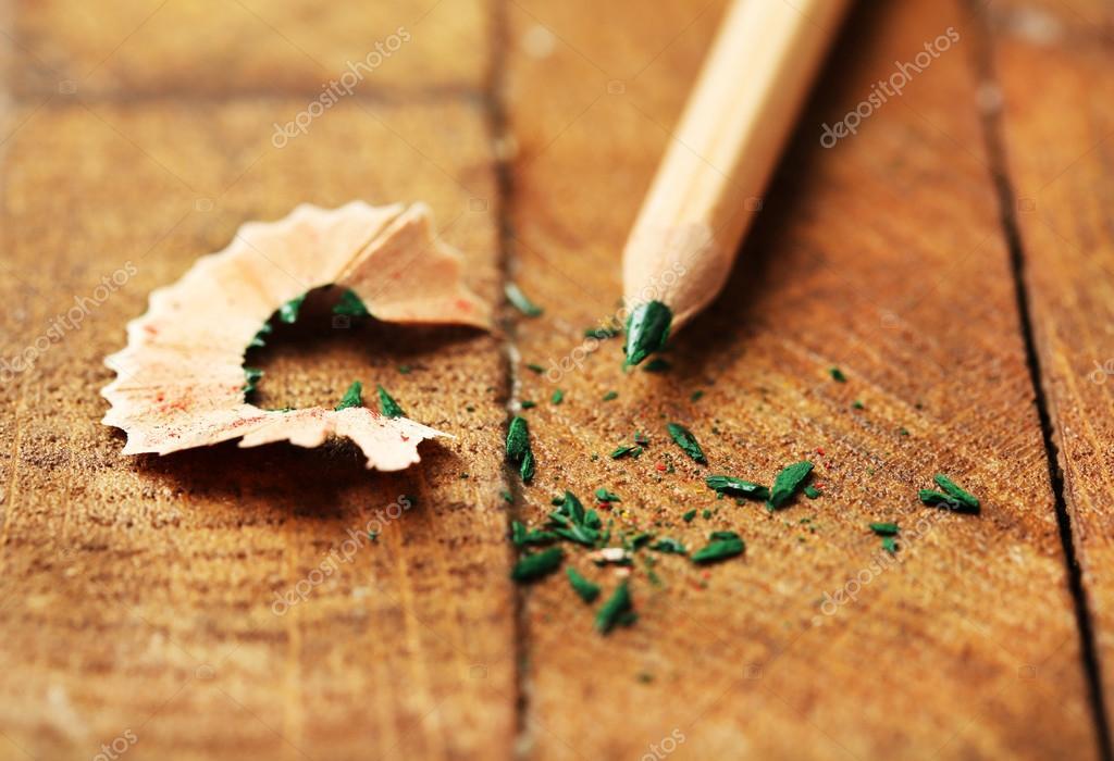 crayon de couleur en bois avec afftage copeaux sur table en bois image - Copeaux De Bois Colors