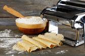 Making vermicelli with pasta machine — Fotografia Stock