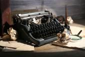 Máquina de escribir retro sobre fondo de madera — Foto de Stock