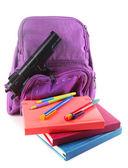 Zbraň ve školní batoh — Stock fotografie