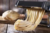Making noodles with pasta machine — Stock Photo