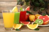 Zumos con frutas en la mesa de madera — Foto de Stock