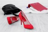 Kadın Ayakkabı ve çantayı yere arka plan — Stok fotoğraf