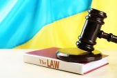Wooden gavel and flag of Ukraine as background — Stock Photo