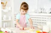 Little girl preparing cookies in kitchen at home — Zdjęcie stockowe