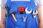 Mann in Overalls mit Werkzeugen — Stockfoto