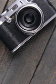 Old retro camera on rustic wooden planks background — Foto de Stock