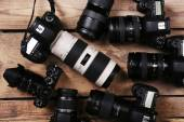 Nowoczesne aparaty na drewnianym stole — Zdjęcie stockowe