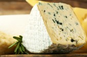 Different sort of cheese on wooden table, closeup — Stock Photo