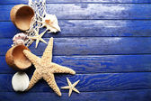 Sea stars and shells on wooden background — ストック写真