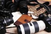 Naturaleza muerta con cámaras modernas en mesa de madera, closeup — Foto de Stock