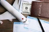 Biglietti aerei e documenti sulla tavola di legno, closeup — Foto Stock