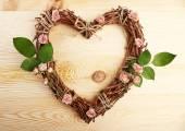 Wicker hjärtat med torkade rosor — Stockfoto