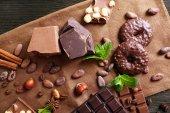 Cioccolato con menta, spezie e chicchi di caffè sul tavolo, closeup — Foto Stock