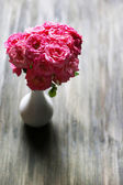 Bouquet of beautiful fresh roses on wooden background — ストック写真